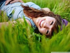girl_in_the_grass_2-wallpaper-800x600 copy
